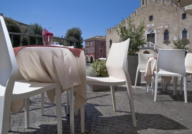 Hoth Stuhlen im Cafè auf dem Platz in Portrogruaro (Venedig)