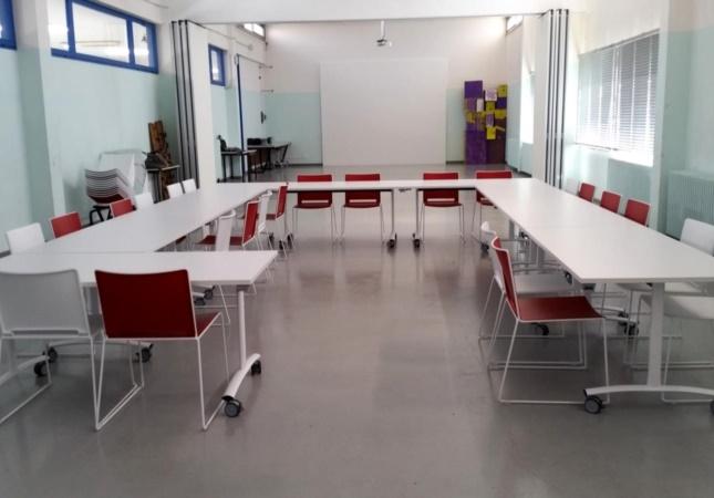Klapptische und Stapelstühlen für Schule und Training